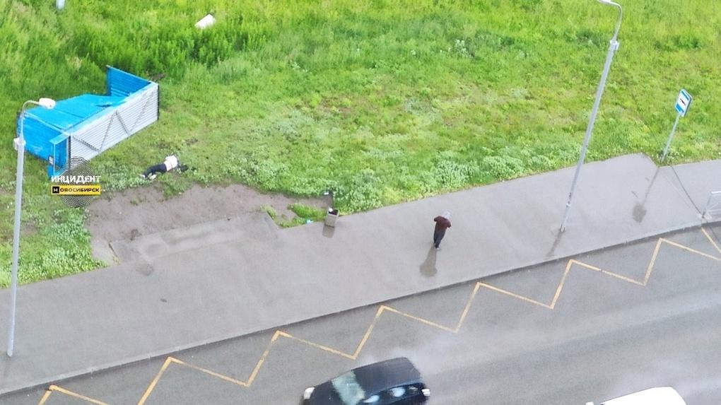 Следователи начали проверку после упавшей на человека остановки в Новосибирске