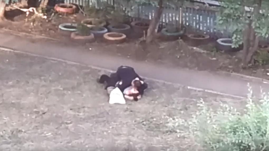 Омскую пару застукали во дворе за любовными утехами
