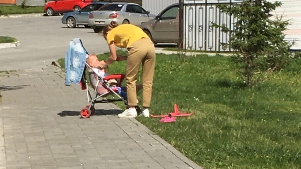 «Ударила плачущего ребёнка по лицу»: новосибирцы обсуждают вопиющий случай обращения женщины с малышом