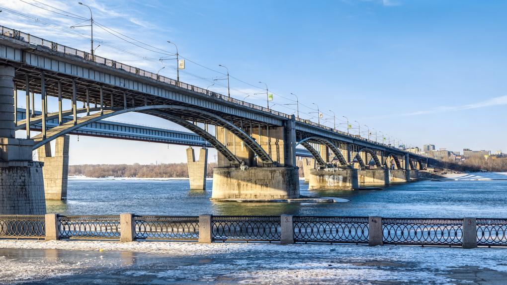 Покрытие Октябрьского моста пошло трещинами из-за перепадов температур