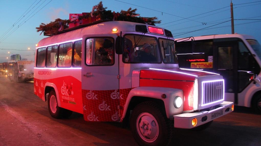 На дороги Омска выехал волшебный «Дедморобус»