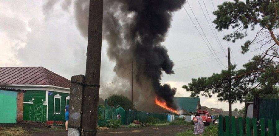 На окраине Омска от удара молнии загорелся дом