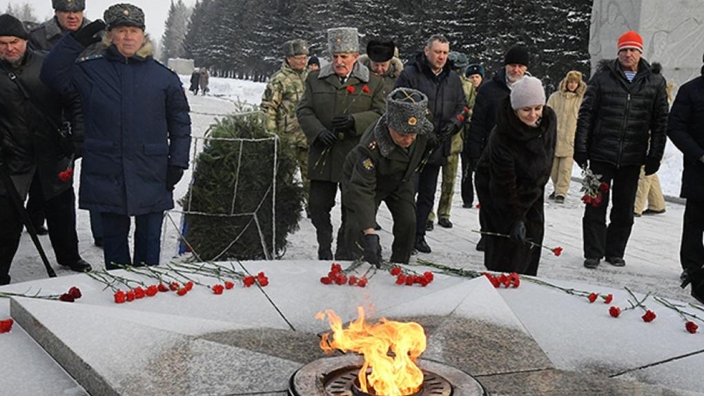 В Омске отметили День защитника Отечества высадкой парашютистов и возложением цветов к памятникам