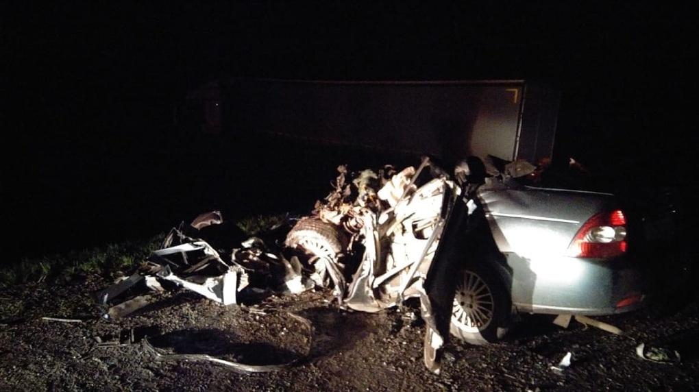 В Омской области КамАЗ превратил легковушку в груду металлолома – водитель оказался погребен под ней
