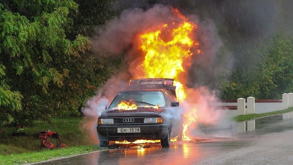 У омича выгорел салон «Хонды», пока он ходил за покупками