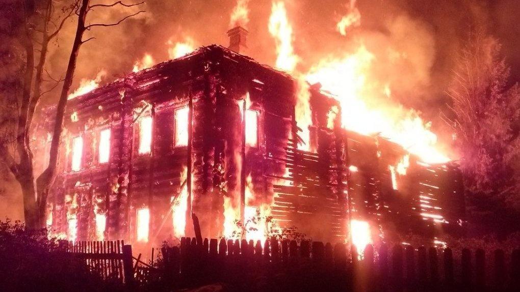 В Куйбышеве спасатели эвакуировали 30 человек при пожаре в трехэтажном доме