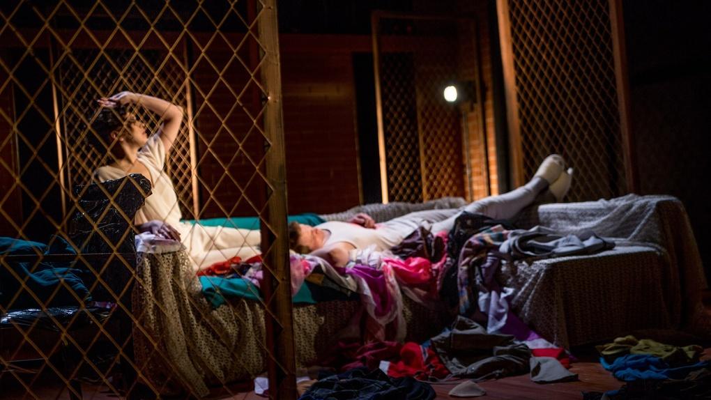 Омский театральный критик назвал пошлостью постановку с писающим актером