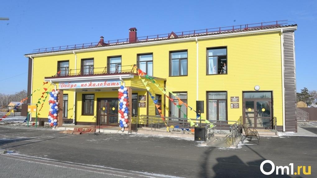 Глава Омской области открыл в селе Белосток современный Дом культуры с кинозалом и библиотекой