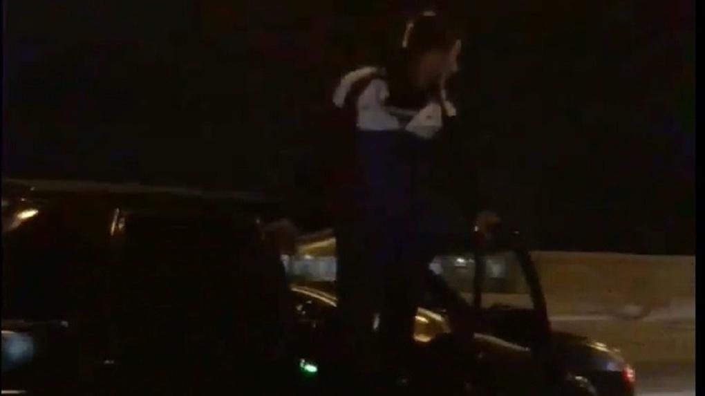 Безумный поступок: новосибирцы возмутились опасной выходкой пассажира автомобиля на Октябрьском мосту