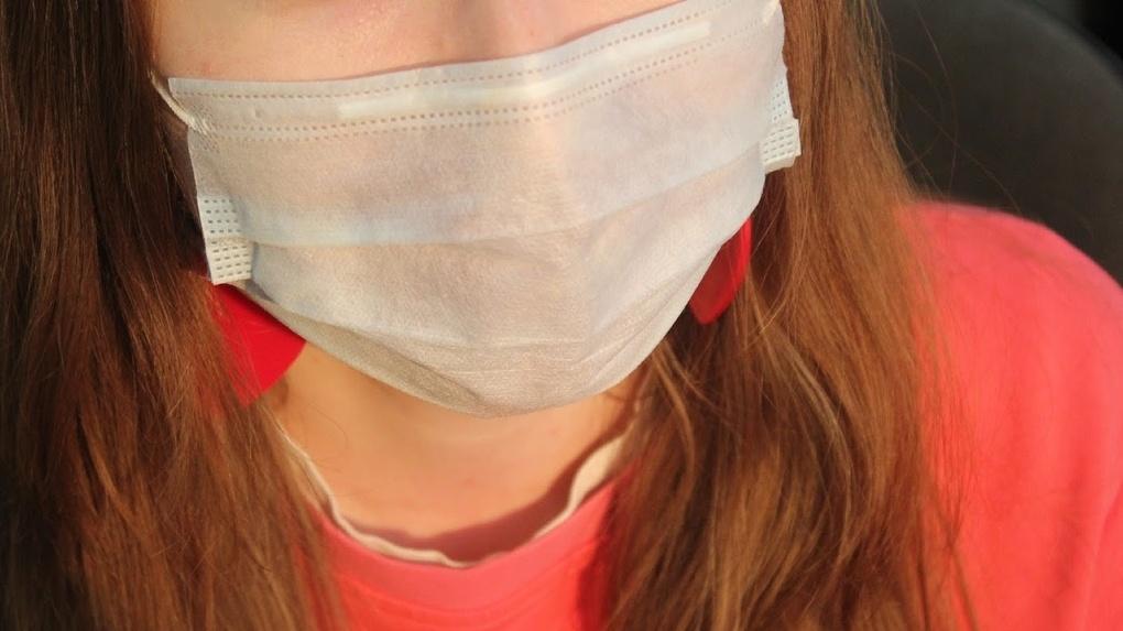 В Омске врачи отказались снимать клеща с пациентки, у которой не было маски