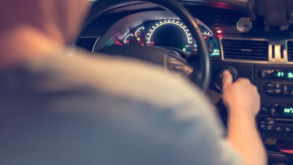 Омский водитель, пойманный с поличным, притворился пассажиром и выпил