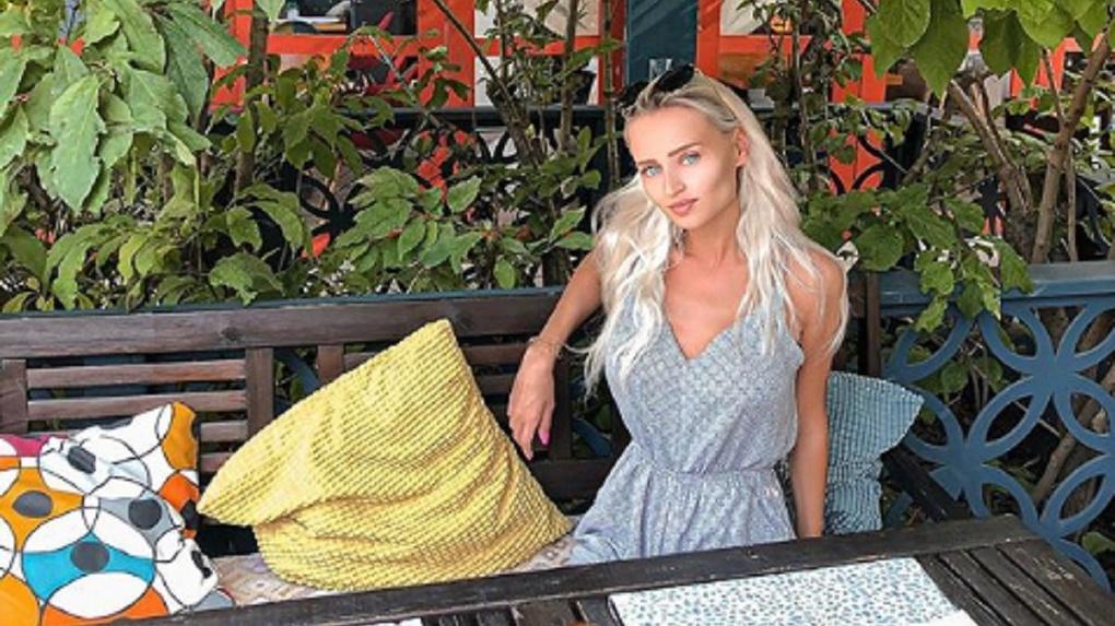 Не дали поесть: новосибирскую «барби» в кафе атаковали осы