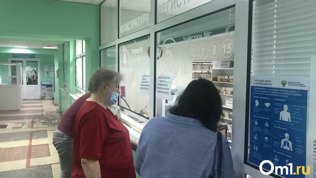 Стало известно о состоянии пенсионерки, которую на скорой привезли к зданию омского Минздрава