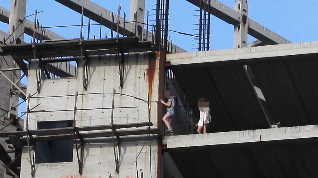 Игры со смертью. В Омске дети проверяют друг друга на храбрость на недостроенной 10-этажке