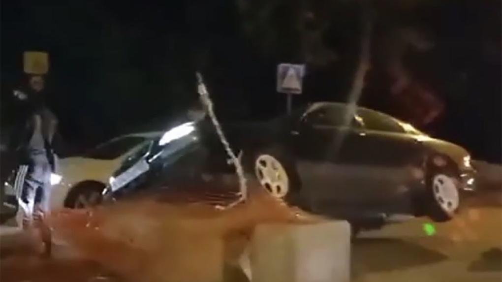 В Новосибирске автомобиль наехал на бетонное ограждение (Видео)