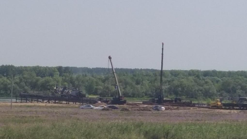 Омичи пожаловались на военных, которые уродуют ландшафт и сливают нефтепродукты в затон Иртыша