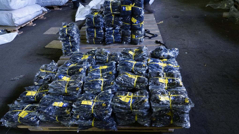 Омская таможня задержала грузовик с 15,5 тоннами контрафактной одежды