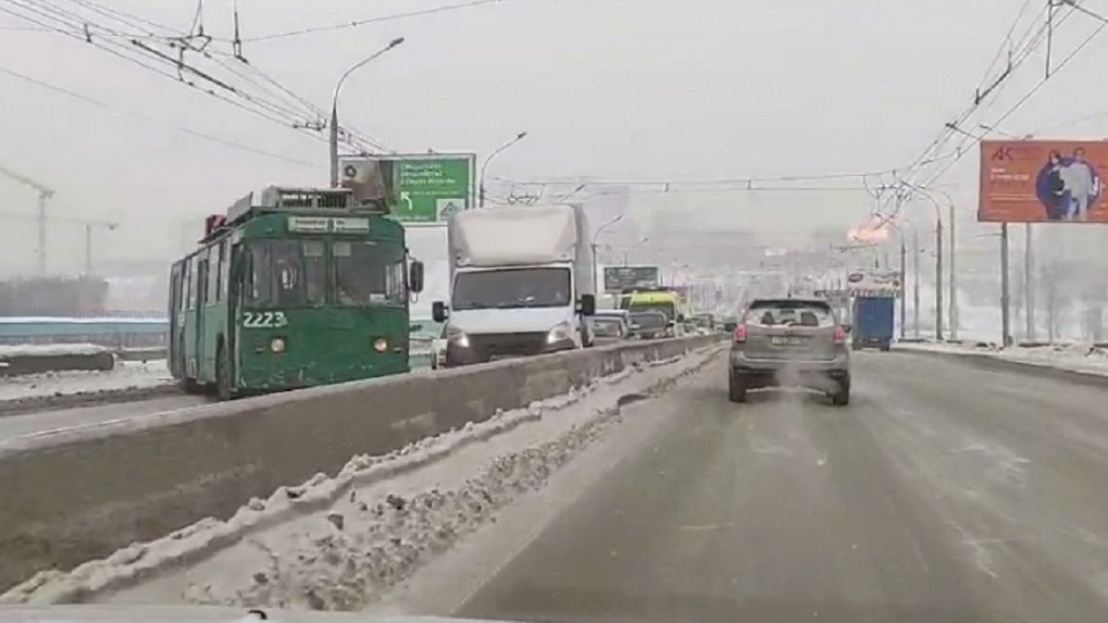 Троллейбус заблокировал движение по Октябрьскому мосту в Новосибирске