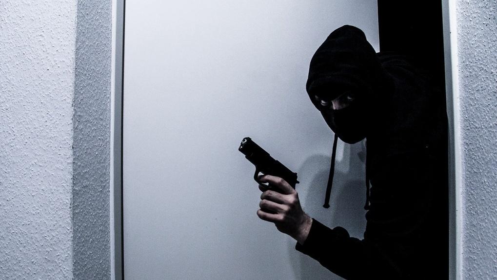 «Сейчас я буду вас грабить»: многодетный омич захватил банк и стал жаловаться на тяжёлую жизнь