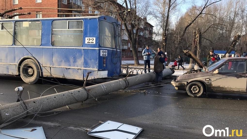 В Омске у кинотеатра «Космос» на дорогу рухнул столб