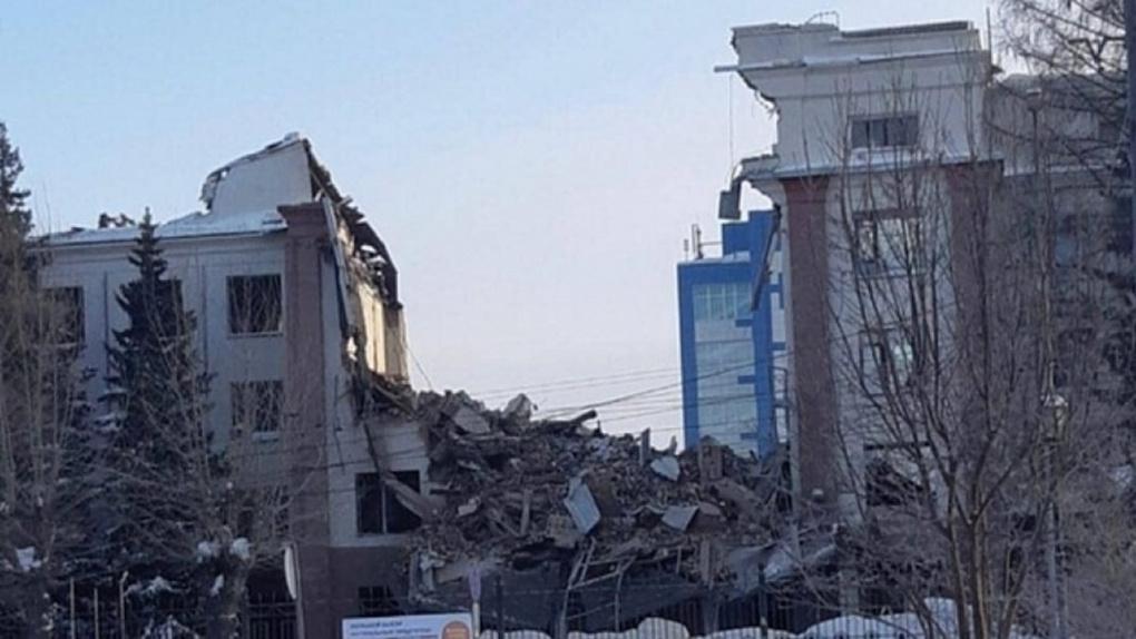 На Красном проспекте сносят корпус здания легендарного завода