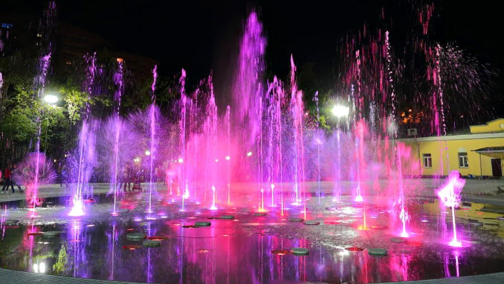 В Центральном парке Новосибирска включили фонтан: из него звучат военные песни