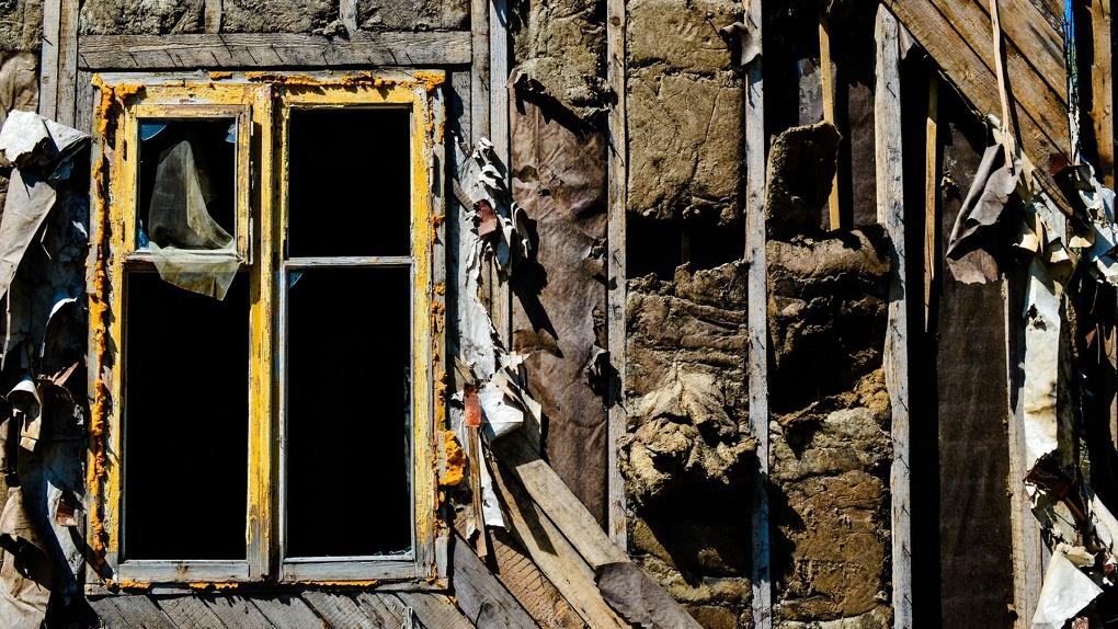 Омскому ветерану-инвалиду дали разваливающуюся квартиру, чтобы он сам же ее ремонтировал