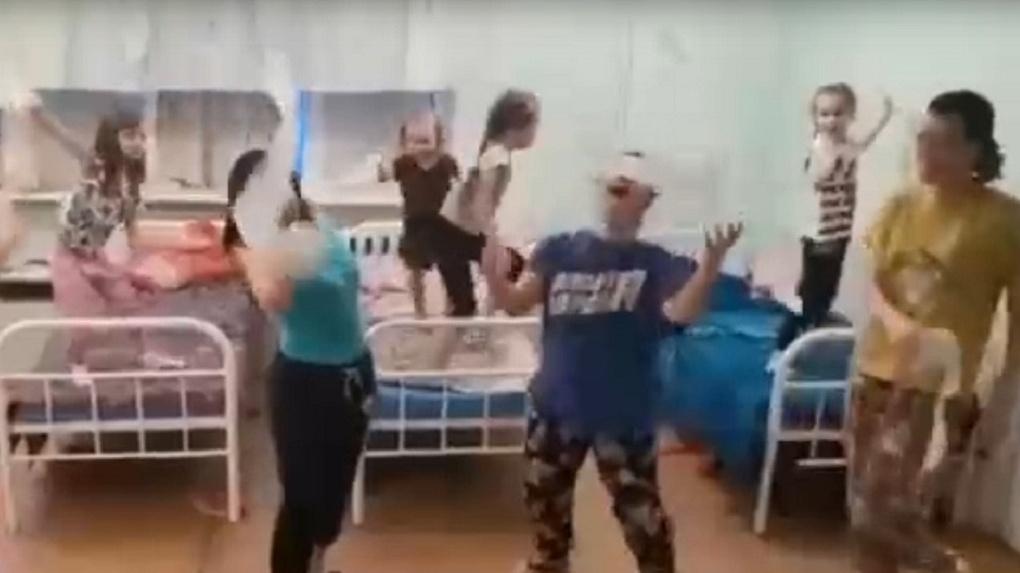 Танцы с туалетной бумагой: новосибирцы зажгли под песню Little Big на больничных койках