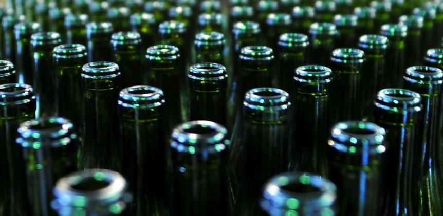 Житель Омска пытался продать десять тысяч бутылок контрафактного алкоголя