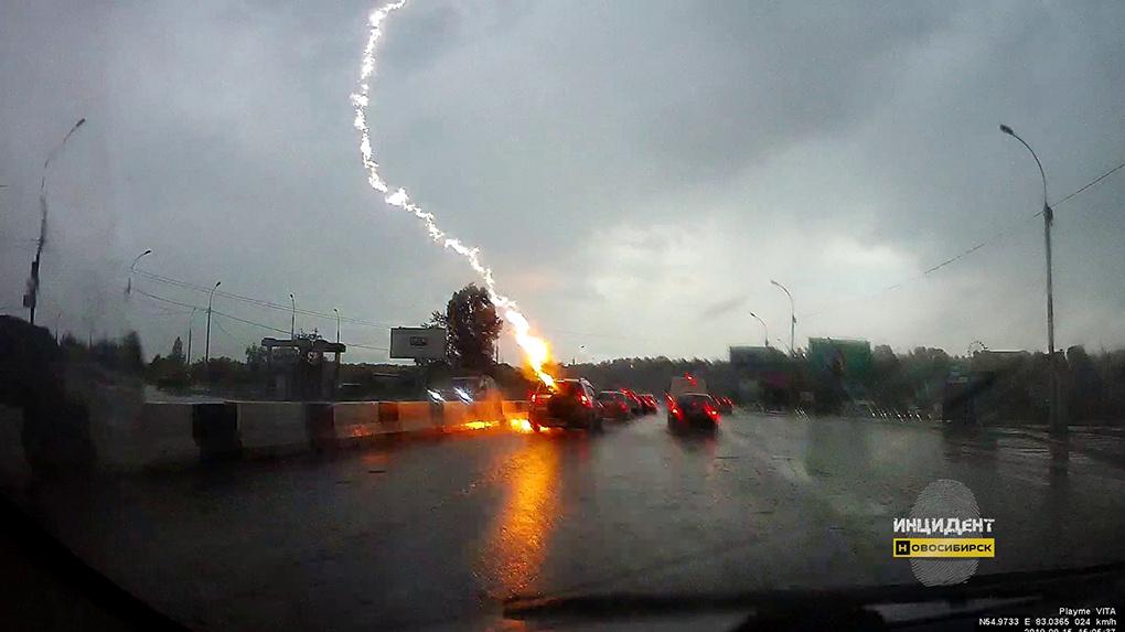 Молния ударила по машине на Бердском шоссе
