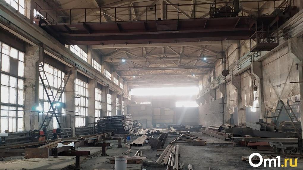 В Омске при обрушении крыши завода пострадал человек. «Омсктрансмаш» сообщил подробности случившегося