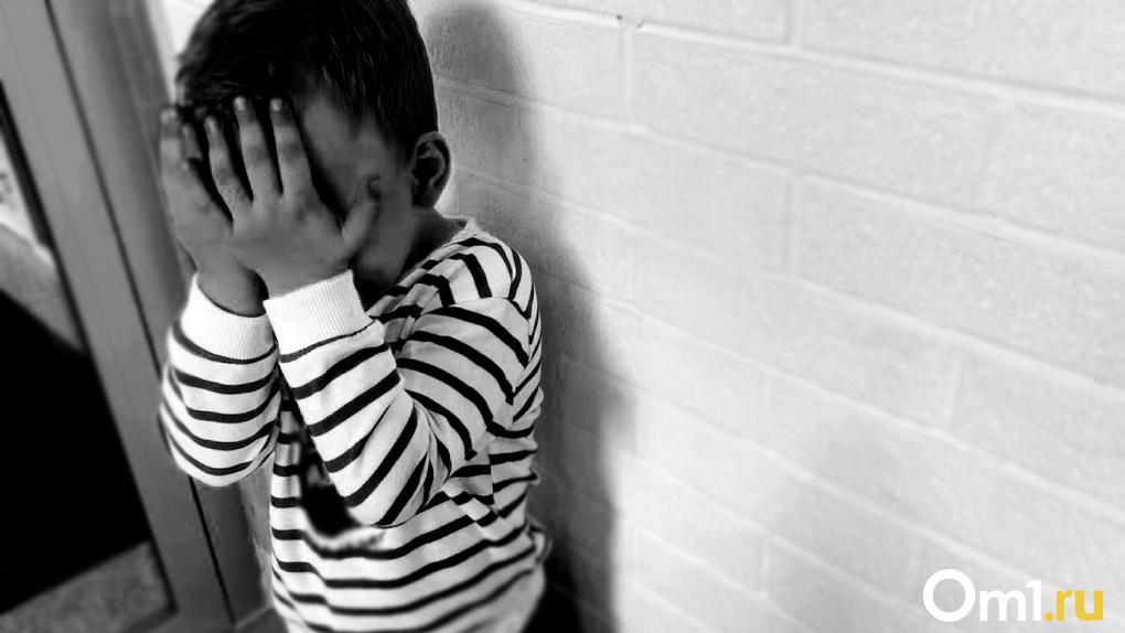 «Пролежни до мяса»: Омичку обвинили в истязании ребёнка, найденного привязанным к инвалидной коляске