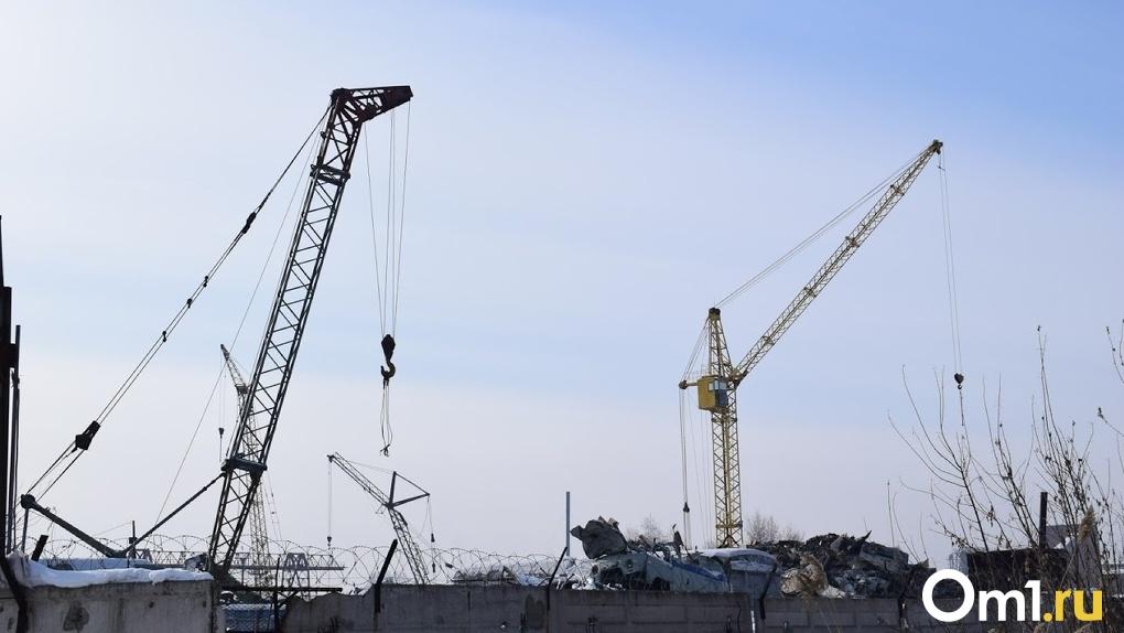 В Омске сразу два башенных крана от сильного ветра могли упасть на людей