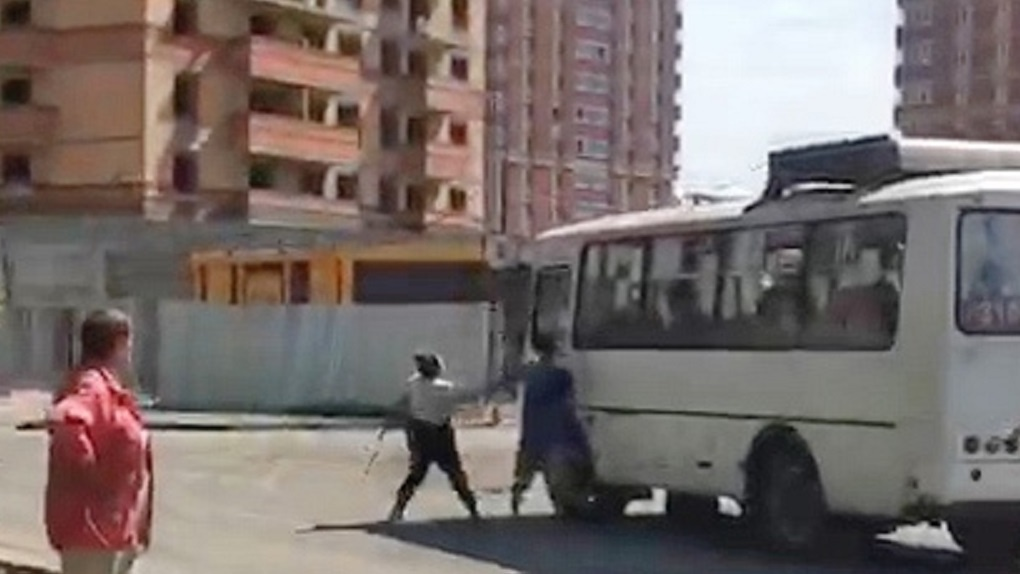 В Новосибирск вернулись амазонки: кондуктор разбила стекло автобусу конкурента