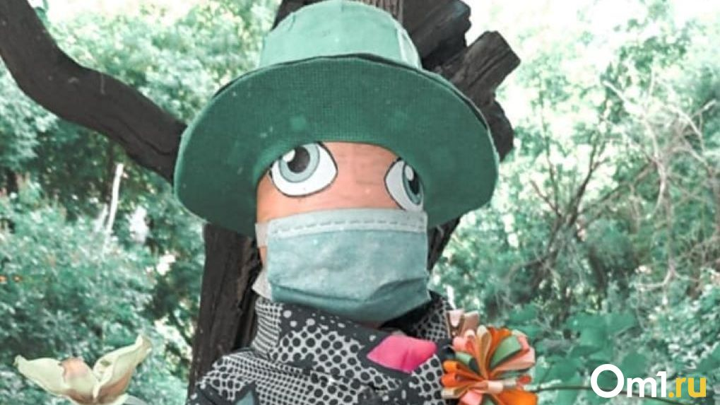 Необычная кукла — борец с коронавирусом появилась в новосибирском дворе
