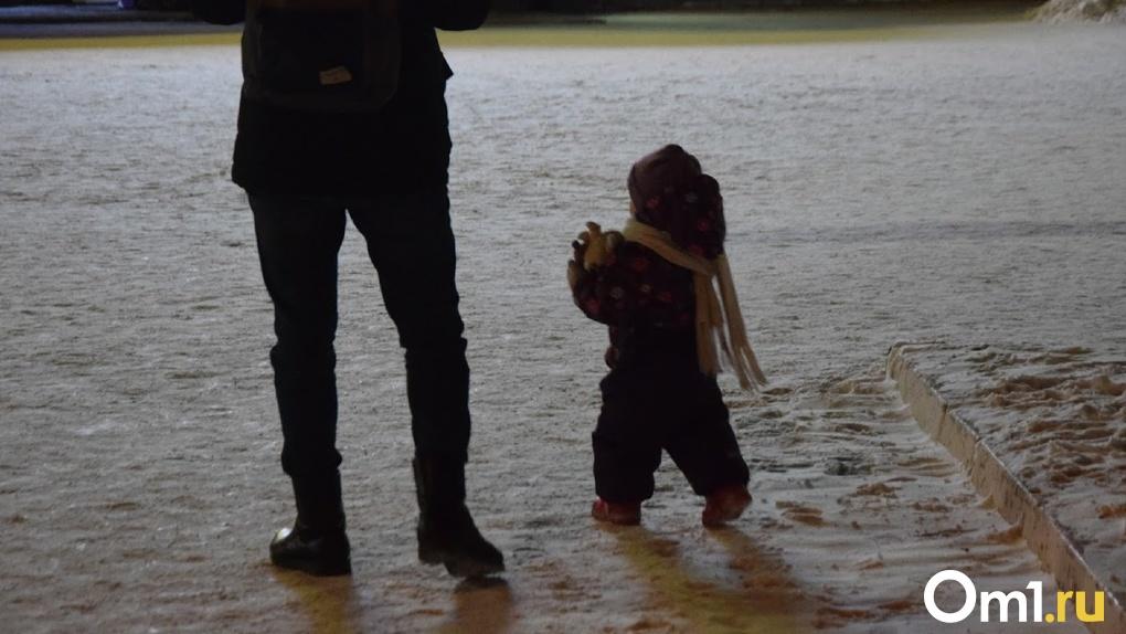Швырял и пинал по голове. В Омске появилось видео жёсткого издевательства над детьми