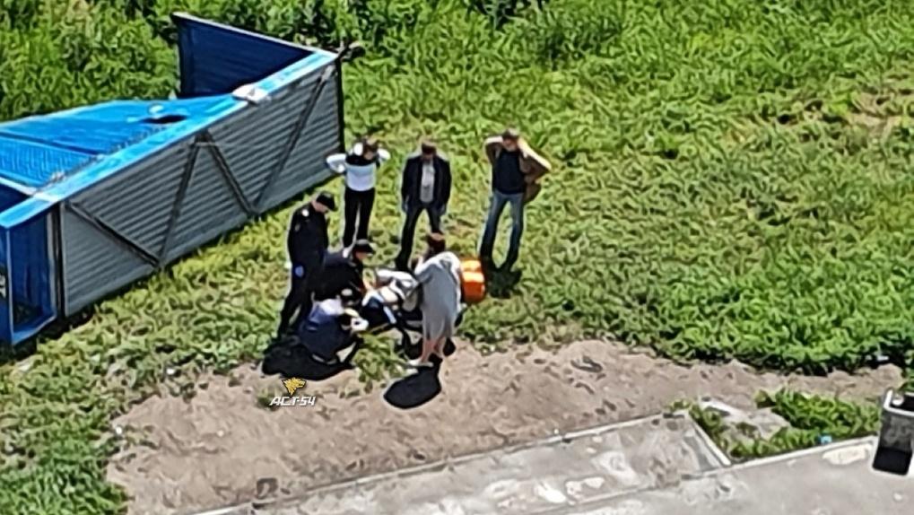 В Новосибирске возбудили уголовное дело после падения остановки на человека
