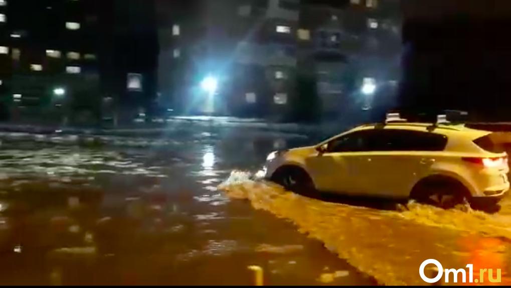 В Новосибирске по колено затопило улицу из-за коммунальной аварии: показываем видео