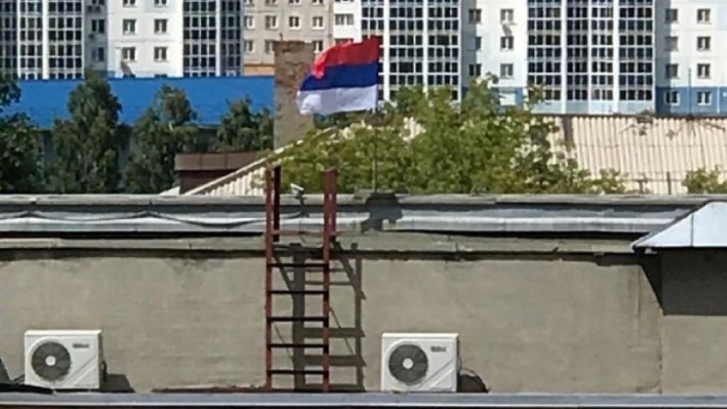 Флаг Сербии подняли в небо над зданием новосибирского суда