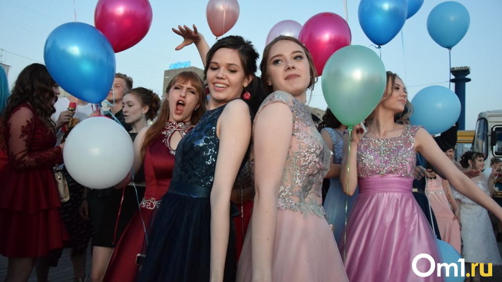 Омские школьники отметят выпускной в августе и дважды получат аттестаты
