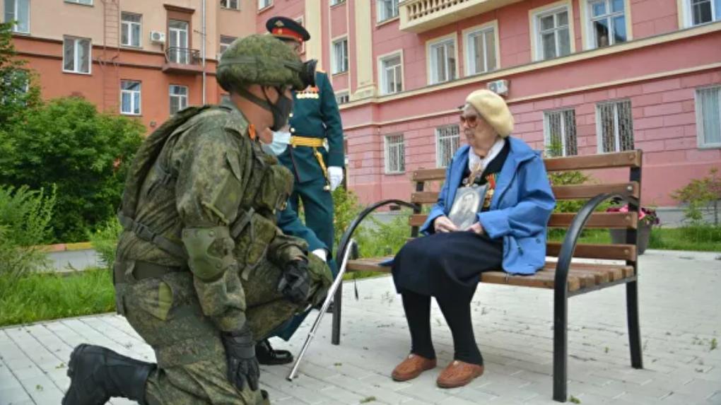 Мини-парад устроили дошедшей до Берлина медсестре в Новосибирске