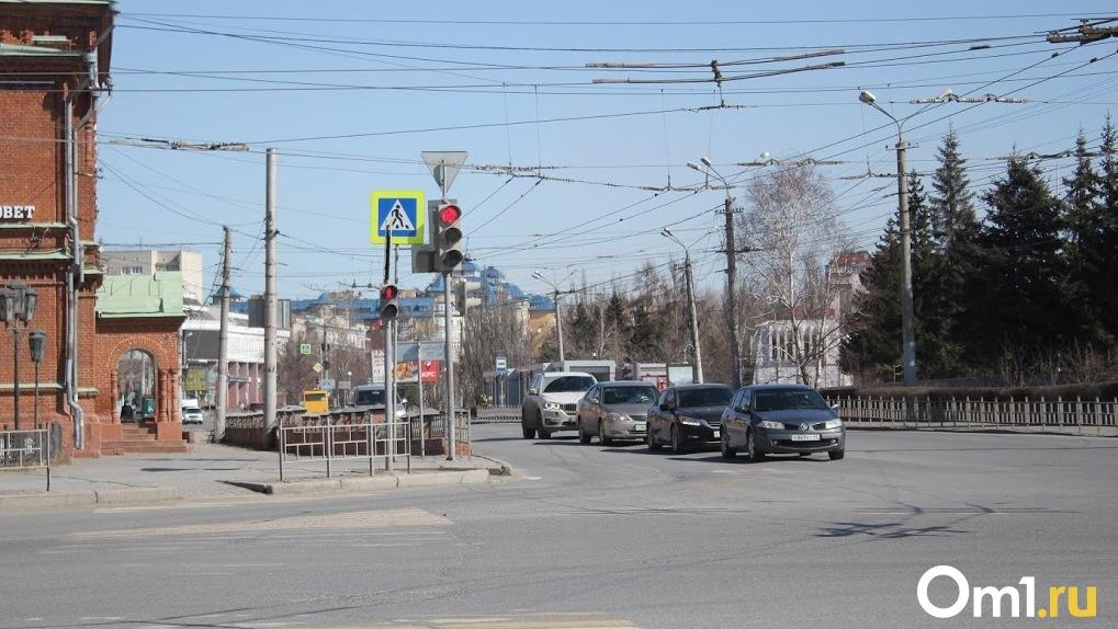 На улицах Омска будут ездить машины с трехзначными номерами