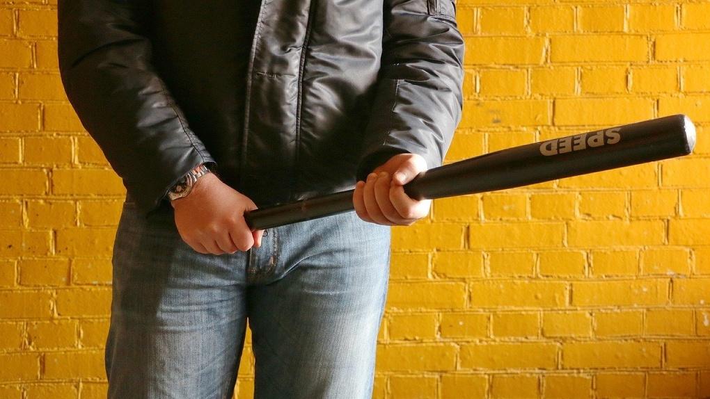 В Омске рецидивист ворвался в кафе и стал угрожать персоналу разбитой бутылкой