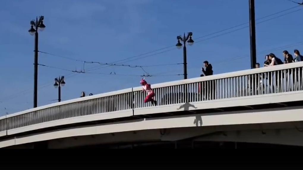 Омич в розовой пижаме «по приколу» спрыгнул с моста в реку