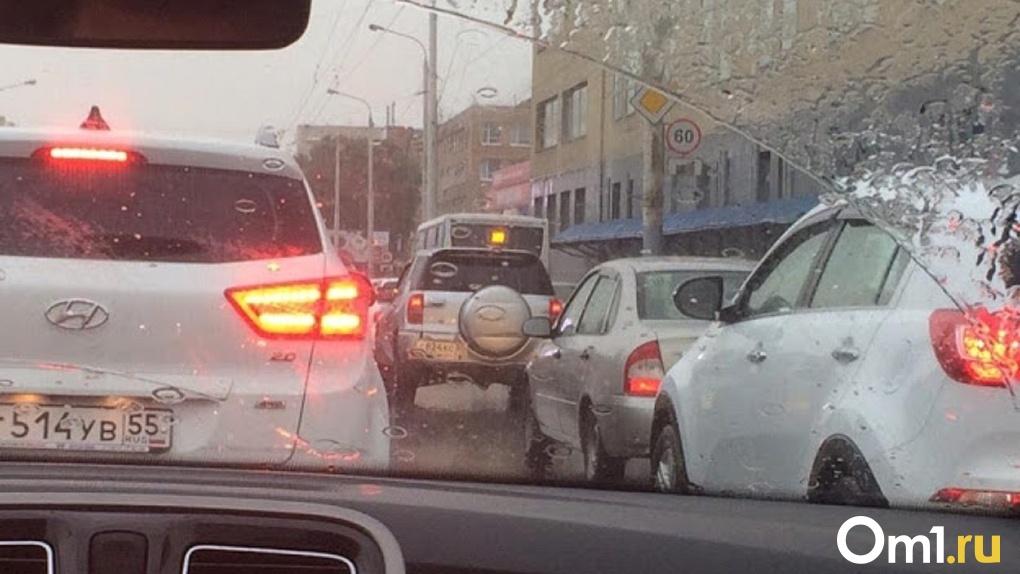 Омским автовладельцам предложили пересесть на общественный транспорт, чтобы избежать пробок