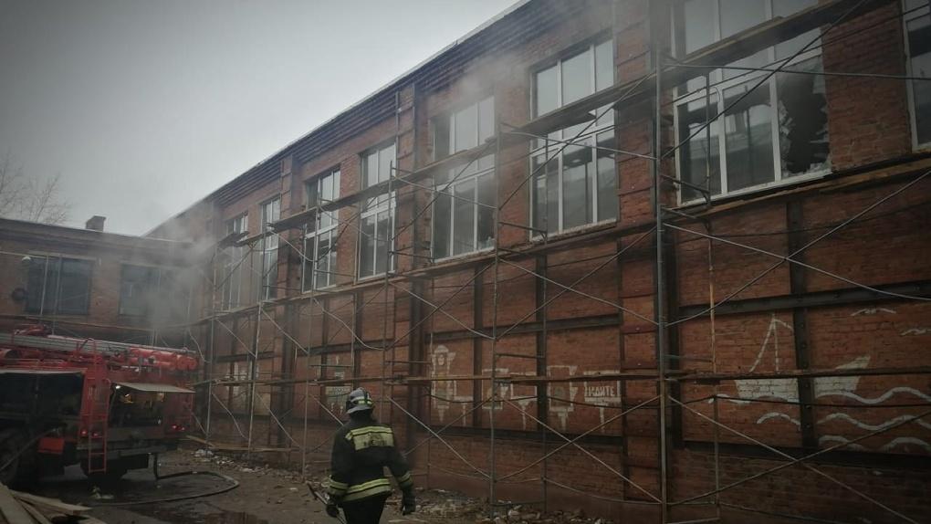 Вспыхнул пол в спортзале. Сегодня утром в Омске загорелась школа