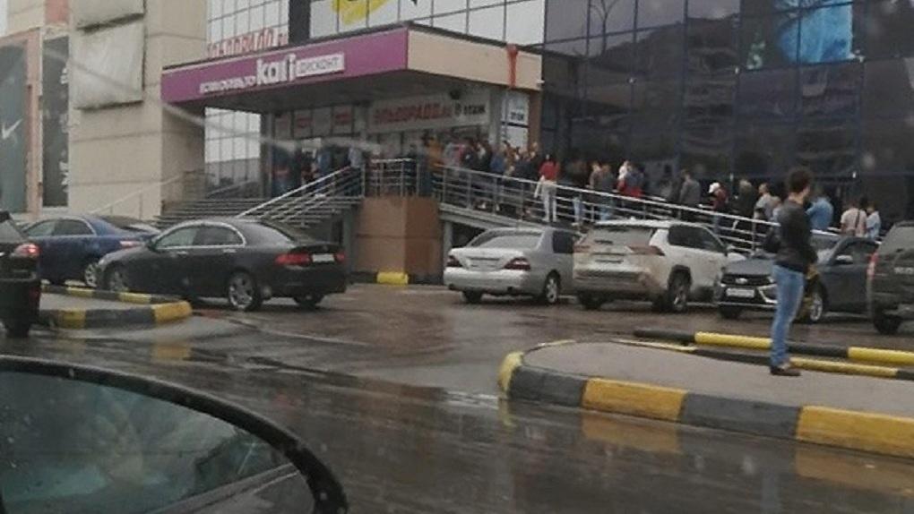 Желающие попасть в ТЦ новосибирцы несколько часов ждали очереди на вход