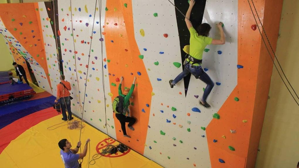 В Новосибирске открыли школы с собственной студией и скалодромом