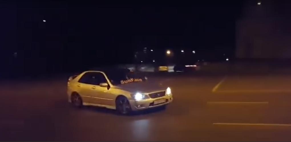 Дрифтовавших под окнами ФСБ водителей ищет полиция Омска