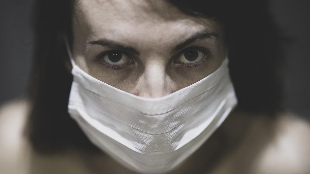 Омичка сделала вид, что ищет у пенсионерки коронавирус, но на самом деле искала деньги